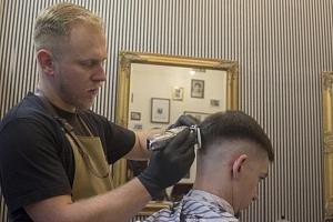 Úprava vousů a vlasů v Barber Shopu...