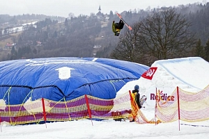 Kurzy freestyle snowboardingu a lyžování...