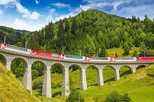 Švýcarské Alpy z nejkrásnější železnice světa...