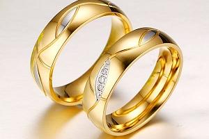 Snubní prstýnek ve zlaté barvě...