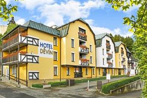 Mariánské Lázně ve Spa Hotelu Děvín *** v pokoji Superior či De Luxe s polopenzí, bazénem a…...