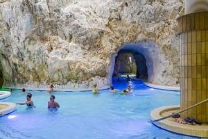 Maďarsko: Miskolc blízko unikátních jeskynních lázní (800 metrů) v Hotelu Székely Kúria + snídaně...