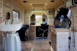 Profesionální pojízdné kadeřnické studio – zavolejte si kadeřníka domů...