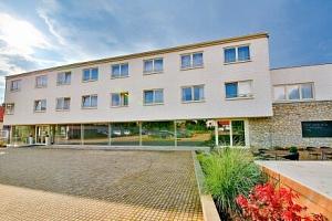 Praha pro rodiny: Hotel Modrá stodola **** s polopenzí, dětským hřištěm i lanovým parkem a hrami +…...