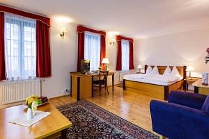 Centrum Karlových Varů v Hotelu Maltézský Kříž *** se snídaní formou bufetu a slevou do muzea a na…...