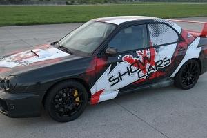 Závodní jízdy se supersporty na okruhu...