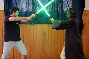 Výcvik boje se světelným mečem...
