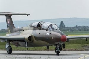 Let stíhačkou L-29...