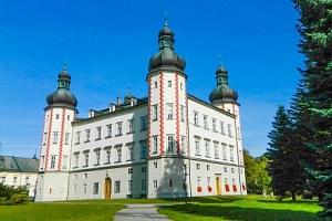 Krkonoše: Pobyt naproti krásnému zámku Vrchlabí v Hotelu Labuť *** s polopenzí a láhví Bohemia sektu...