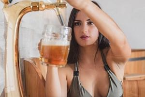Relaxační zážitek u Luhačovic: Pivní koupel ve dřevěné kádi pro 1-4 osoby včetně neomezené…...