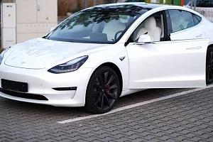 Jízda v elektromobilu Tesla model 3 na místě řidiče či spolujezdce...