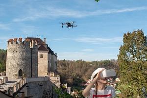 Vyhlídkový let dronem sledovaný brýlemi pro virtuální realitu...
