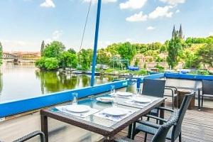 Romantický pobyt na Vltavě s výhledem na Vyšehrad...