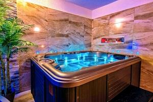 Lipno: Hotel Stará Škola na Šumavě s privátním wellness, havajskou masáží, polopenzí, vínem a řadou…...